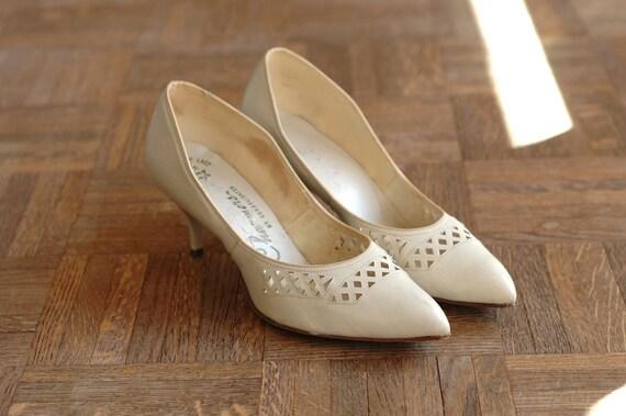 25% OFF SALE / vintage NOS 1950s shoes / 50s white leather stilettos / size 9
