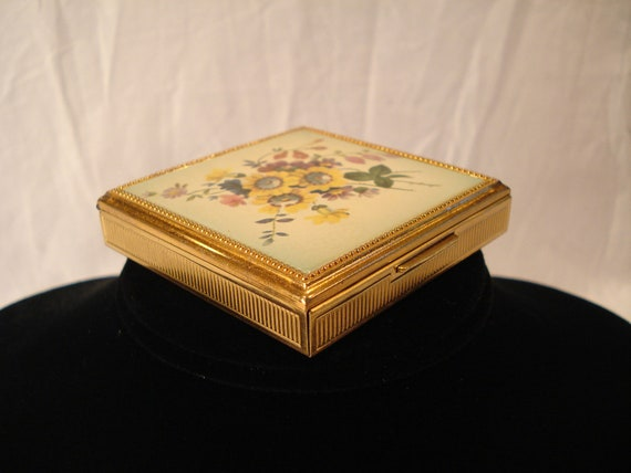 Evans Gold Tone Compact / FLORAL Design / w Blush Applicator