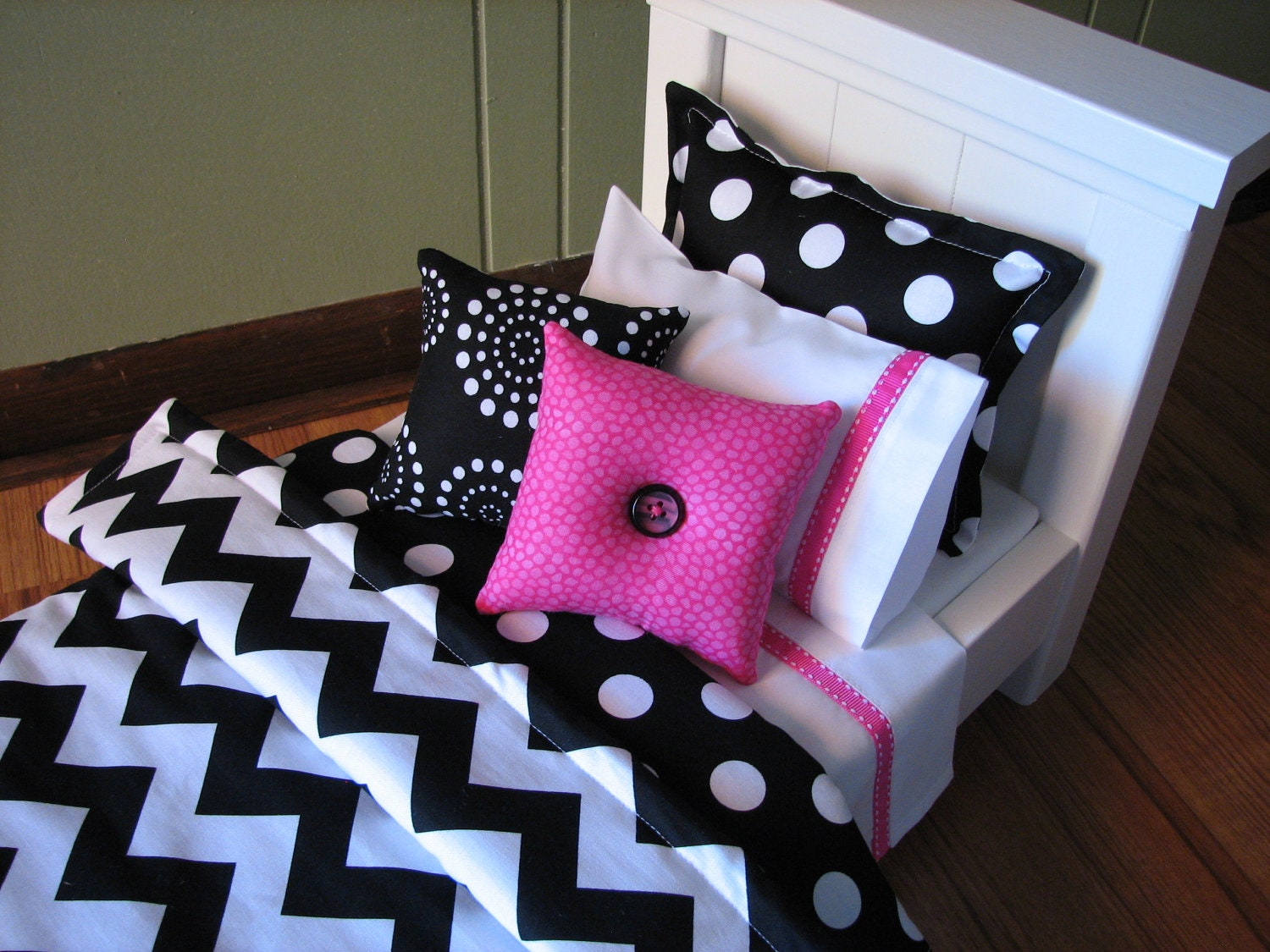 Black and pink bed sheets -  Zoom