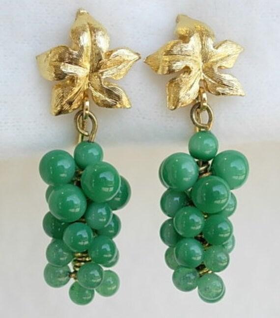 Vintage Green Jade or Glass Beaded Grape Cluster Gold Tone Leaf Clip On Earrings Dangle Dangling Hanging