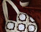 Crochet à la vintage purse with floral design