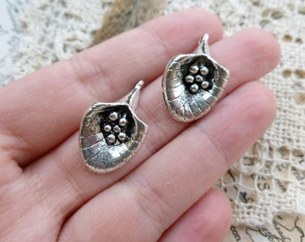 2x Flower Pendant Charms, Antique Silver Pendants C81