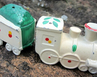 salt pepper shaker /  train engine coal car / Japan vintage collectible