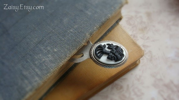 Bookworm Gift - Skull Cameo Bookmark, Choose Your Color, One Bookmark (1)