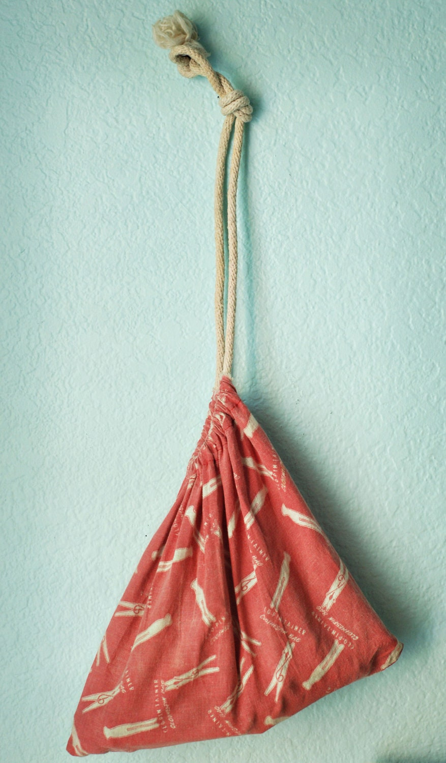 adorable vintage clothes pin bag and clothes pins
