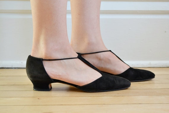 Vtg 90s back suede T-strap kitten heel shoes // by BrownCowVintage