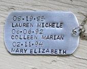 Personalisierte Schlüsselanhänger - personalisiert mit Kinder Namen und Geburtsdaten - handgestempelt Hundemarke Stil Schlüsselanhänger - Geschenk für Papa oder Opa