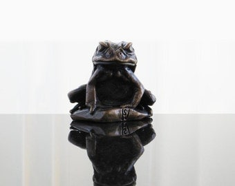 Sitting toad bronze sculpture. Objet d'art metal ornament and luxury paperweight.