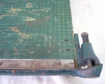 Vintage WOODEN PAPER CUTTER Retro Green Paint Razor Sharp Blade Home Decor Industrial Office Chic