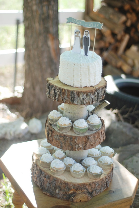 Rustic wood tree slice 3 tier cake and cupcake by postscripts for Decoratie cupcakes