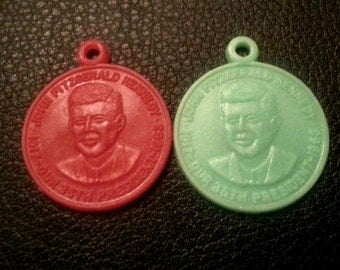 Rare 1963 JFK Assasination Plastic Toy Machine Tribute Pendant FACE COIN