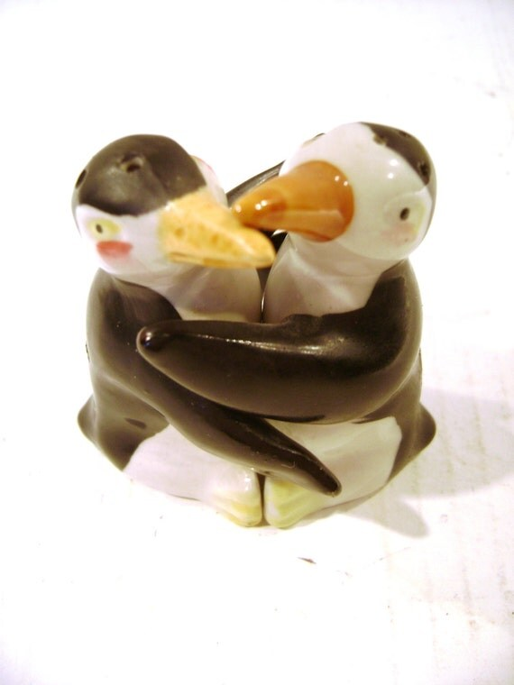 Vintage salt and pepper shakers hugging kissing penguins - Hugging salt and pepper shakers ...