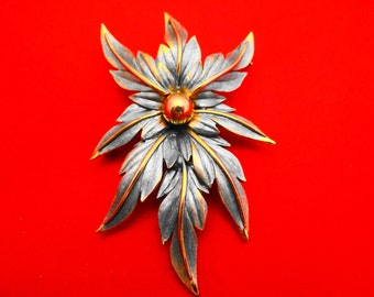 """Vintage 3"""" high end and gorgeous pale blue enameled flower brooch in great condition, gold tone metal"""