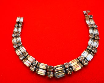 """Gorgeous Vintage 7"""" silver tone rhinestone bracelet in great condition, missing 1 tiny rhinestone at clasp"""