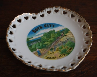 while on vacation  heart shaped souvenir plate LOOKOUT MTN TENN - State Plate