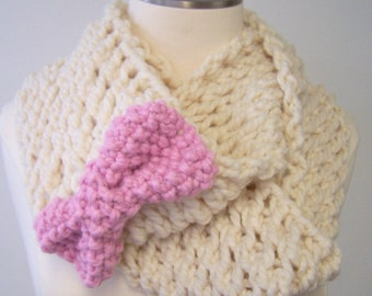 Chunky Knit Scarf in Cream Pink Bow, Hand Knit Cream Infinity Scarf, Winter White Infinity Scarf, Circle Scarf Pink Bow, Big Knit Infinity