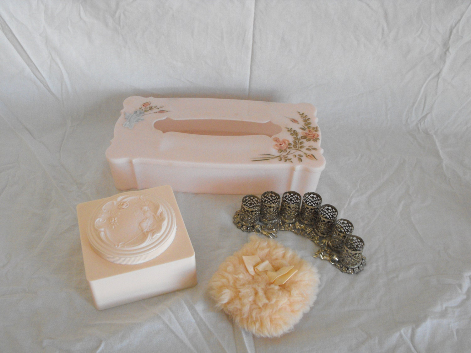 Vintage pink bathroom accessories for Bathroom accessories pink