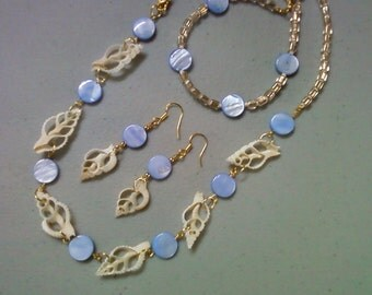 White, Blue and Gold Shell Necklace, Bracelet and Earrings (0564)