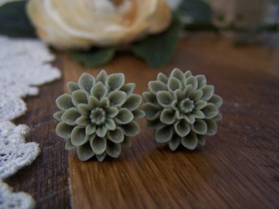 Green-Gray Chrysanthemum Stud Earrings