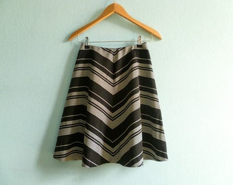 Vintage high waisted a line skirt / black white striped / zig zag print / mini short / small