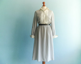 Vintage white grey day dress / vertical stripes / pleated buttoned top / small collar / long sleeve / midi long / small medium