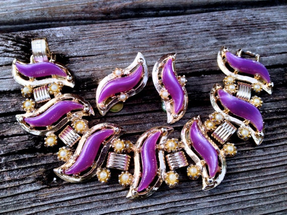 Vintage 1950's Thermoset Purple Moonglow Lucite & Pearlette Gold Tone Bookchain Bracelet and Earrings Set