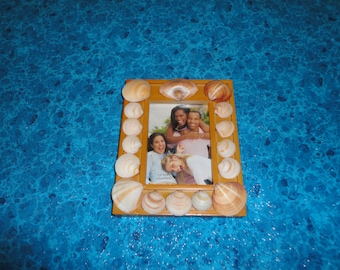 Shell embellished picture frame.
