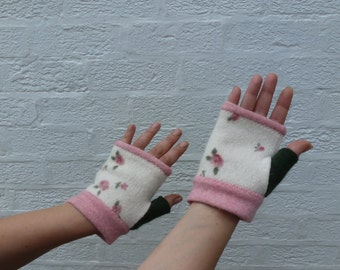 Cottage chic fingerless gloves Pink and green texting mittens Cream wool winter gloves pink ditsy rose handwarmers floral eco-friendly Mori
