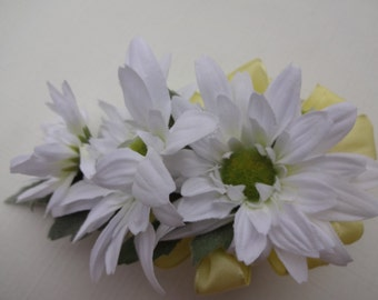 Corsage in white daisies