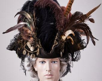Piratenhut mit Federschmuck und Münzen // Pirate Hat // Tricorn Hat // Dreispitz // Tricorne // Gothic // Larp // Gothicfashion Karneval Hut