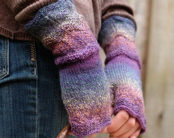Women's fingerless mittens with scallop edging - lupine