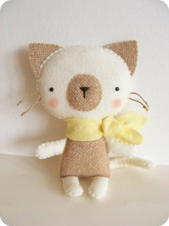 Pdf pattern felt kitty with scarf diy cat softie easy for Felt cat toys diy