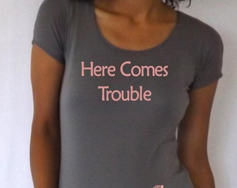 """Maternity shirt """" Here comes trouble"""" with footprints 3/4 sleeves, pregnancy reveal, photo prop, baby shower"""