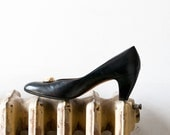 1980s designer Salvatore Ferragamo classic black leather pumps with gold buttons, 1960s inspired heels
