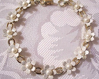 White Pearl Daisy Flower Bracelet Gold Tone Vintage 7 Inch Long Oval Links