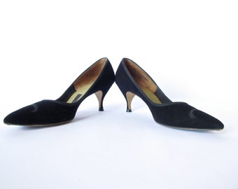 Vintage 60s Shoes . Sleek Black Suede Kitten Heels. Size 8N