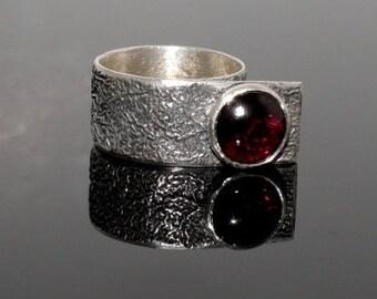 Stylish ring with garnet cabochon gemstone. SIZE 8. Anneau. Fingerring.