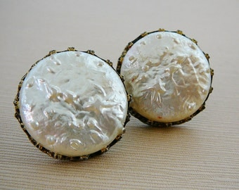 Vintage Earrings .. Cream Pearlescent Screwbacks, Glass
