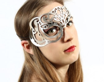 Vixen half mask in silver leather