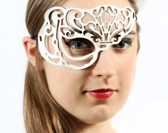 Vixen half mask in white leather