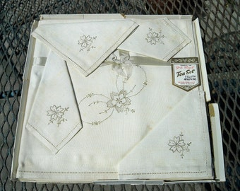 Vintage Irish Linen Embroidered Floral Tablecloth Napkins Set Mint