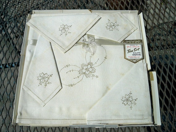 Vintage Irish Linen Embroidered Floral Tablecloth Napkins Set