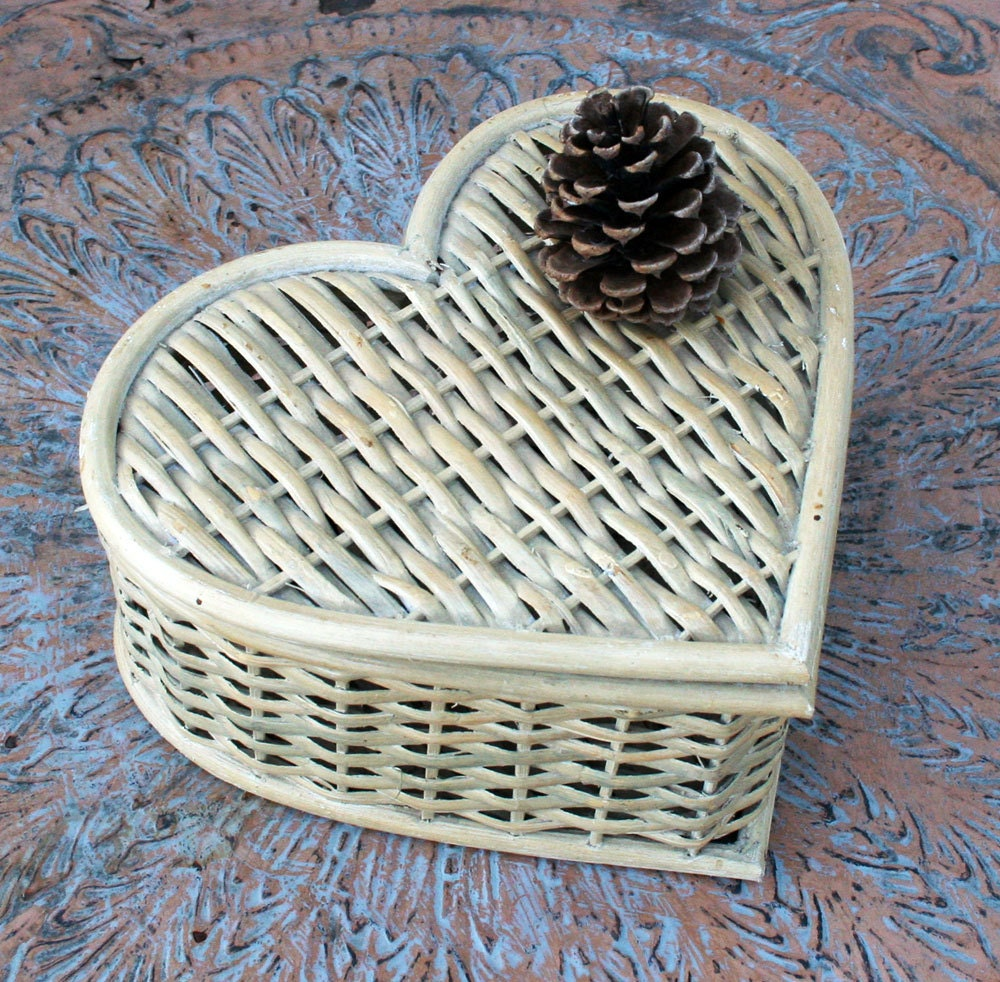 Wicker Basket With Hinged Lid : Heart shaped wicker basket with hinged lid