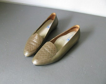 vintage '80 SIMPLE OLIVE green LOAFERS. size 6.5 / 7.