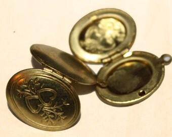 Vintage Medium Oval 2 Heart Embossed Design Locket (6)