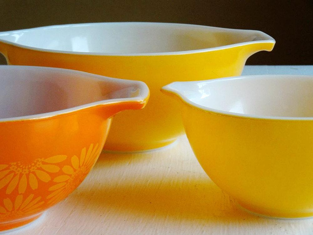 vintage Pyrex mixing bowls yellow Daisy pattern nesting bowls