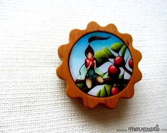 La petite chapardeuse - Illustrated wooden brooch