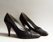 shoes 9.5 / gray leather heels / 80s 1980s leather pumps / shoes made in Italy / heels 9.5