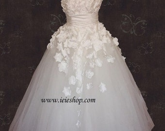 Modest Scoop Neck Ivory White Tulle Wedding Ball Gown with Satin Flowers