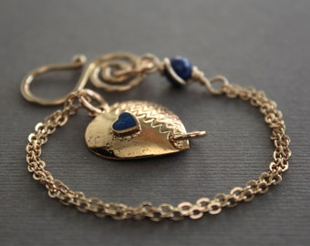 Gold tone heart bracelet, vintage patterned heart connector with indigo blue lapis lazuli stone - Vintage bracelet - Heart bracelet
